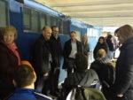 Christian Lapetra hablando con miembros de la Fundación ASPACE en la grada de la Romareda durante el Partido del Real Zaragoza y al Apoel FC de Nicosia.
